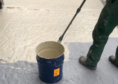 Aplicación de impermeabilizante sobre pavimento