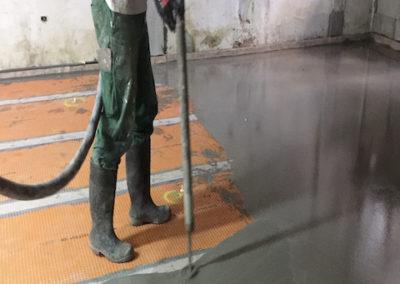 Aplicación de mortero autonivelante sobre pavimento