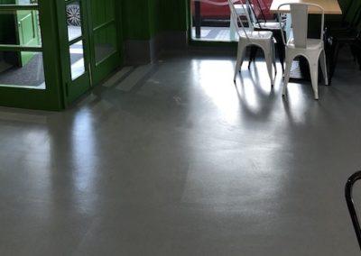 Bar con pavimento continuo decorativo